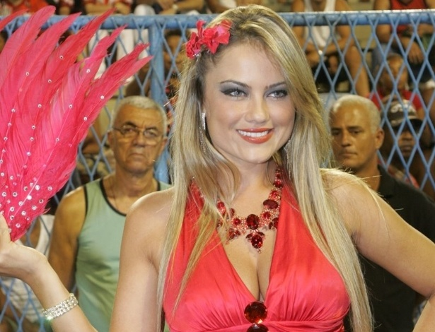 Com uma flor nos cabelos, a atriz Ellen Rocche vai ao ensaio técnico da Porto da Pedra no Sambódromo (4/2/12)