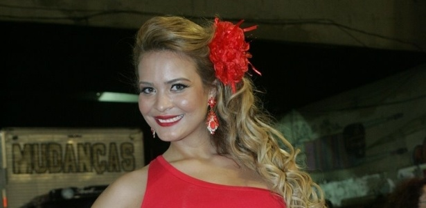 Com vestido vermelho colado e curto, Geisy Arruda vai a ensaio técnico da Porto da Pedra no Sambódromo (4/2/12)