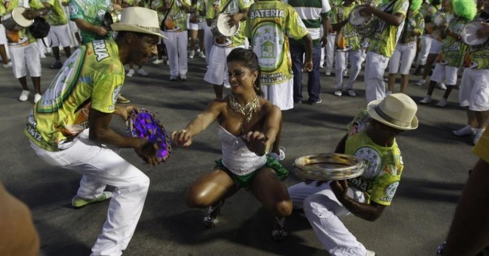 Dani Sperle, rainha de bateria da Acadêmicos do Cubango, participa do ensaio técnico da escola no Sambódromo, no Rio (5/2/2012)