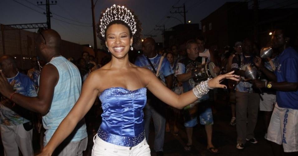 Sheron Menezzes, rainha da bateria da Portela, marca presença no ensaio de rua da escola no bairro de Madureira, zona norte do Rio (5/2/2012)