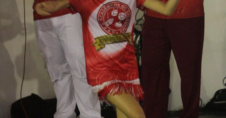 Sophie Carlotte samba na quadra do Salgueiro durante ensaio da escola no Rio de Janeiro (4/2/12)