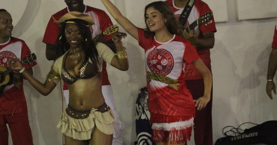 Sophie Charlotte samba com passista do Salgueiro durante ensaio da escola no Rio de Janeiro (4/2/12)c