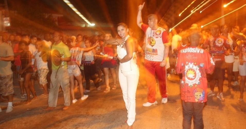 Patricia Nery, rainha de bateria da Renascer de Jacarepaguá, também esteve no ensaio da escola (07/02/12)