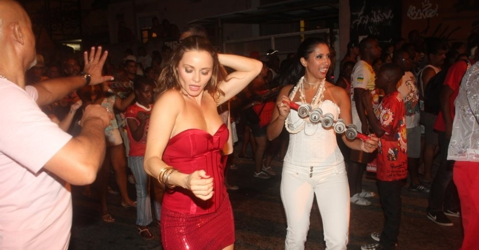Patricia Nery, rainha de bateria da Renascer de Jacarepaguá, também esteve no ensaio da escola (07/02/12) e sambou com a madrinha da agremiação, a atriz Rita Guedes
