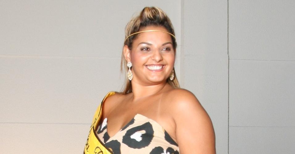Fabíola Romão, musa plus size do Carnaval 2012, é coroada em concurso no Shopping Light, em São Paulo