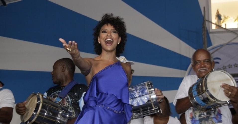 A atriz Sheron Menezzes, rainha de bateria da Portela, participou de ensaio da agremiação (08/02/12) na quadra da escola