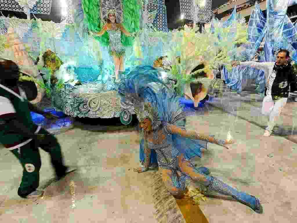 Ana Hickmann escorrega durante o desfile da escola de samba Acadêmicos do Grande Rio no Sambódromo do Rio de Janeiro - UOL