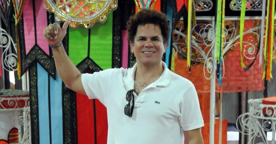 O artista plástico Romero Britto visitou nesta quinta-feira (09/02/12) o barracão da escola Renascer