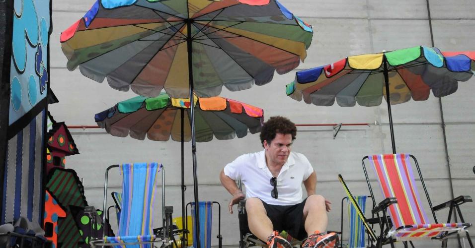 O artista plástico Romero Britto visitou nesta quinta-feira (09/02/12) o barracão da escola de samba carioca Renascer de Jacarepaguá. Com o enredo