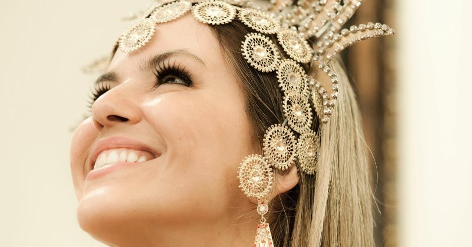 A ex-panicat Tânia Oliveira em primeira prova de roupa da fantasia que vai usar no desfile da Tom Maior, no Carnaval de São Paulo (10/2/12)