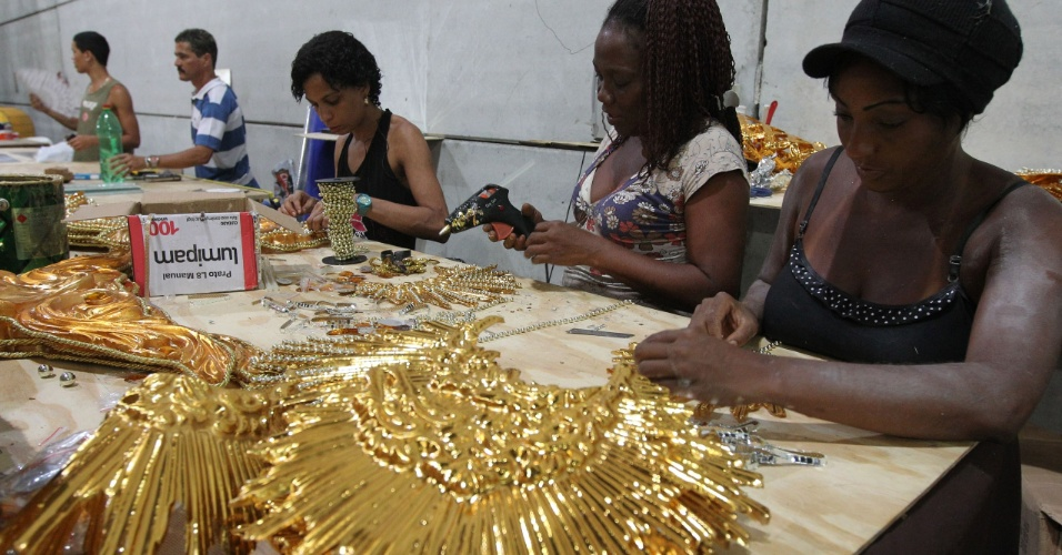 Artesãos da Portela trabalham na finalização de detalhes no barracão da escola (9/2/12)