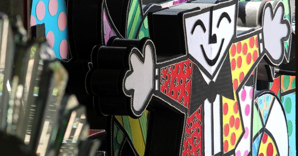 As cores e os desenhos que são marca registrada do artista Romero Britto estão em todas as alegorias da Renascer de Jacarépaguá (9/2/12)