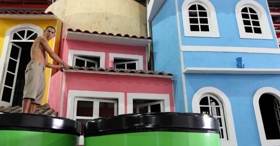 Carro alegórico representando o Pelourinho, único quase pronto no barracão da Portela, em visita realizada pelo UOL nesta quinta (9/2/12), na Cidade do Samba