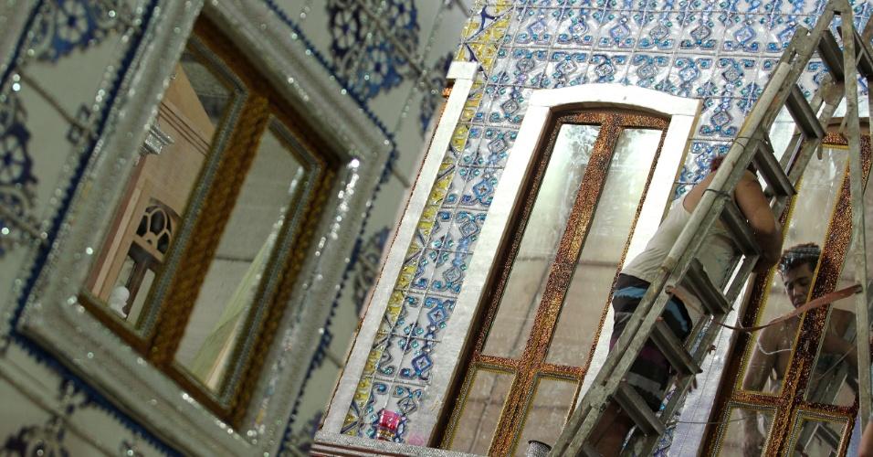 Carro da Beija-Flor remete ao casario antigo de São Luiz no Maranhão, tema da escola, com os azulejos portugueses (9/2/12)