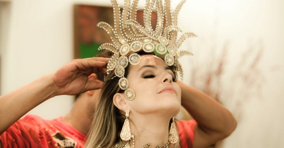 O carnavalesco Lynno Brandão ajeita a fantasia de Tânia Oliveira, madrinha da Tom Maior (10/2/12)
