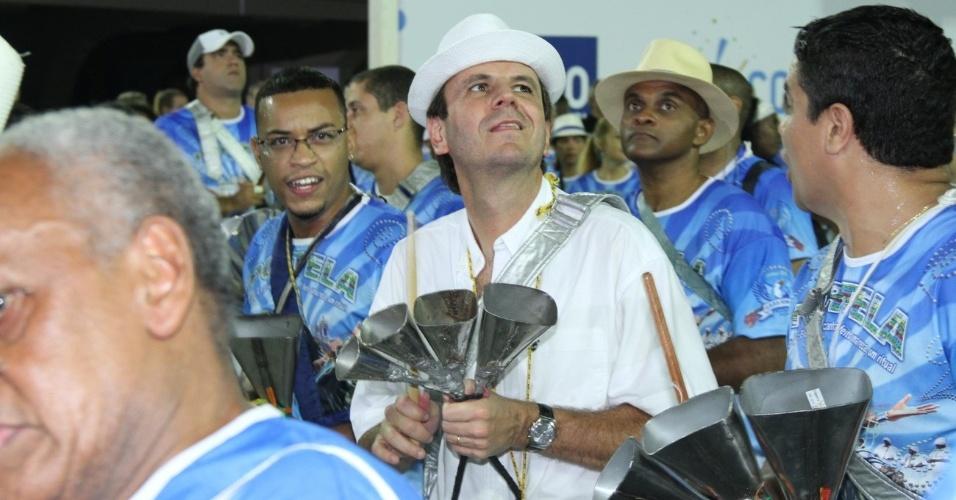 Eduardo Paes, prefeito do Rio de Janeiro, toca instrumento no ensaio da Portela (11/2/12)