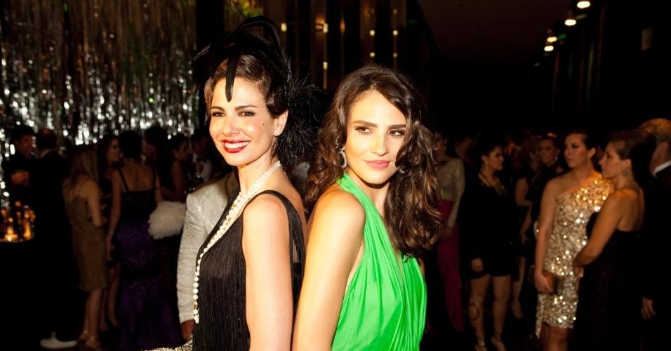 """Luciana Gimenez e Fernanda Tavares posam para fotos no baile de gala da """"Vogue"""" (10/2/12)"""