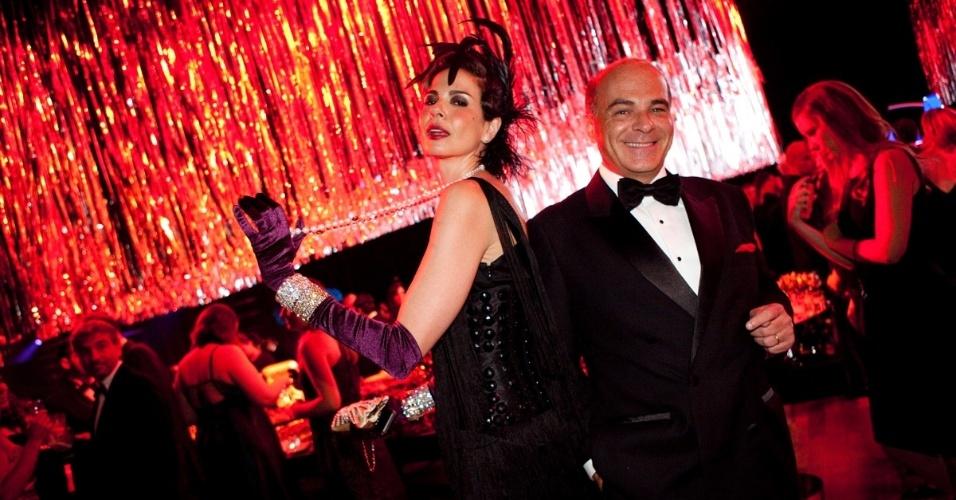 """Luciana Gimenez posa ao lado do marido, Marcelo de Carvalho, no baile de gala da """"Vogue"""" em São Paulo (10/2/12)"""
