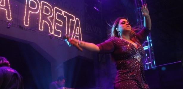 Preta Gil realizou show na quadra da Unidos de Vila Isabel (10/02/12). No evento, o ator Henri Castelli comemorou seu aniversário de 34 anos.