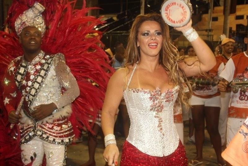 Viviane Araújo, rainha de bateria do Salgueiro, prestigiou ensaio técnico da agremiação realizado na Sapucaí na sexta-feira (10/02/12)