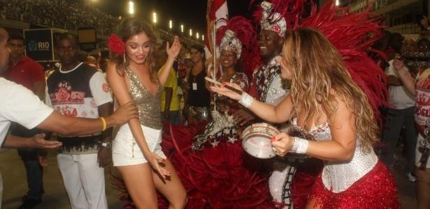 Viviane Araújo, rainha de bateria do Salgueiro, samba com a atriz Sophie Charlotte em ensaio técnico na Sapucaí na sexta-feira (10/02/12)