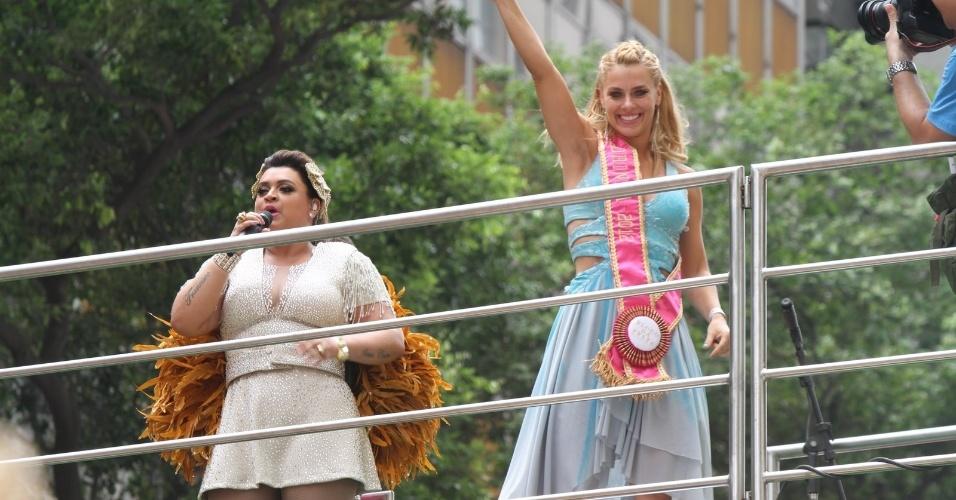 """A atriz Carolina Dieckman compareceu ao bloco de Preta Gil que leva o nome da cantora, """"Bloco da Preta"""", nas ruas do Rio de Janeiro (12/2/12)"""