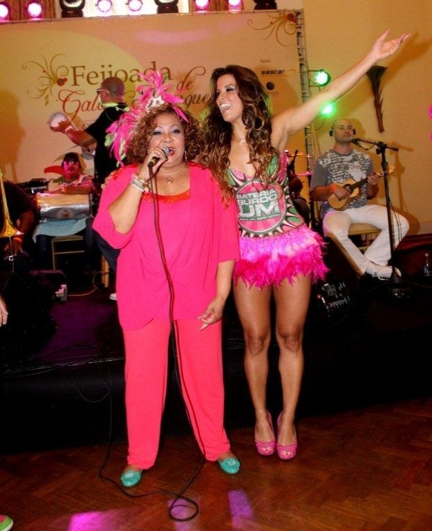 A cantora Alcione participou de feijoada da Mangueira (12/2/12) no Copacabana Palace. Na foto, à direita, a rainha da escola, Renata Santos