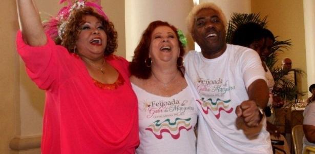 A cantora Alcione participou de feijoada da Mangueira (12/2/12) no Copacabana Palace, no Rio de Janeiro. Na foto, ela abraça a cantora Beth Carvalho e o presidente da escola, Ivo