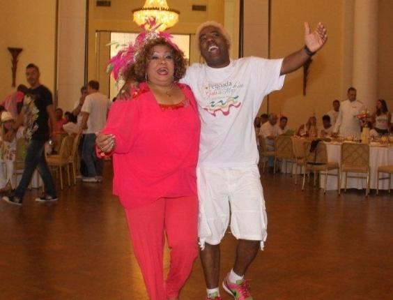 A cantora Alcione participou de feijoada da Mangueira (12/2/12) no Copacabana Palace, no Rio de Janeiro. Na foto, ela dança com o presidente da escola, Ivo