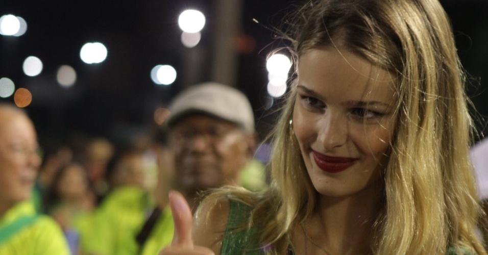 A modelo Yasmin Brunet participou de ensaio da Imperatriz Leopoldinense na Sapucaí (11/2/12). Sua mãe, Luiza Brunet, será rainha de bateria da escola.