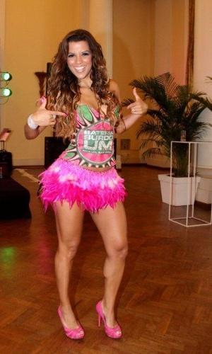 A rainha da Mangueira Renata Santos participou de feijoada da escola (12/2/12)