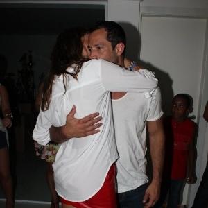 Após confirmar o término do namoro, o ator Malvino Salvador é visto aos beijos com a atriz Sophie Charlotte em ensaio técnico do Salgueiro (11/2/12)