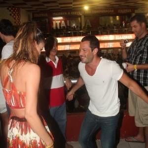 Após ser visto aos beijos com a atriz Sophie Charlotte em ensaio técnico do Salgueiro, a ator Malvino Salvador cai no samba (11/2/12)