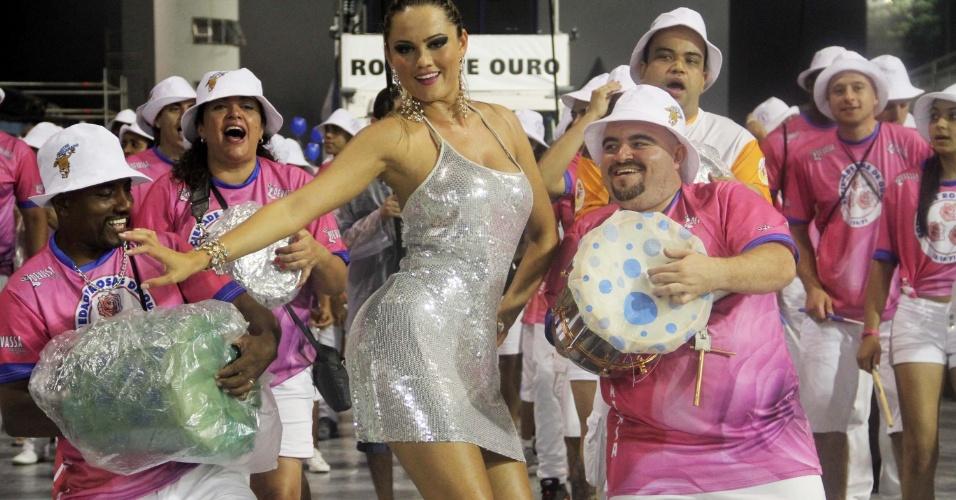Ellen Rocche samba em ensaio da escola de samba Rosas de Ouro, em São Paulo (11/2/12)