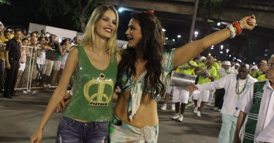 Luiza e Yasmin Brunet no ensaio da Imperatriz Leopoldinense na Sapucaí (11/2/12). Luiza é rainha de bateria da escola.