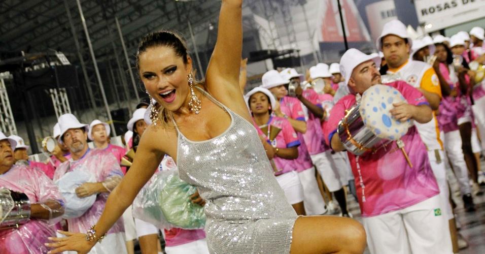 Mesmo com o piso molhado, Ellen Rocche arrisca passos e não vacila no samba em ensaio da Rosas de Ouro, em São Paulo (11/2/12)