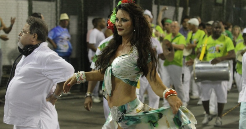 Rainha de bateria, Luiza Brunet participou do ensaio da Imperatriz Leopoldinense na Sapucaí (11/2/12).