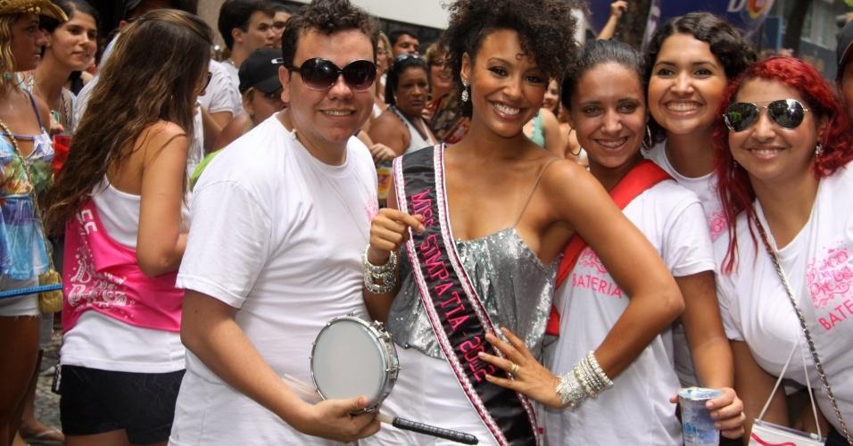 """Sheron Menezes, musa da Portela, compareceu ao bloco de Preta Gil que leva seu nome, """"Bloco da Preta"""", nas ruas do Rio de Janeiro (12/2/12). Ela posou para fotos com fãs"""