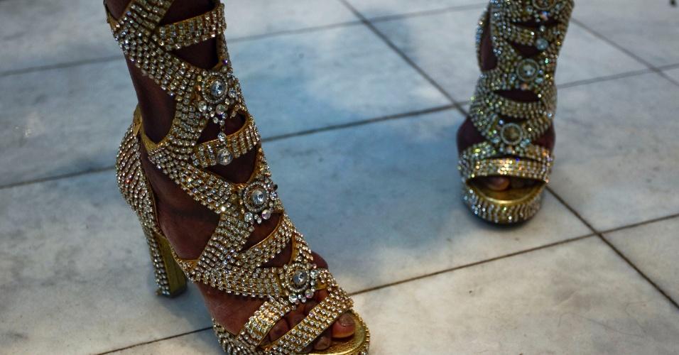 A passista Ivi Mesquita mostra sandália dourada assinada pelo designer Fernando Pires em ensaio exclusivo para o UOL. O sapato é avaliado em R$ 5mil.