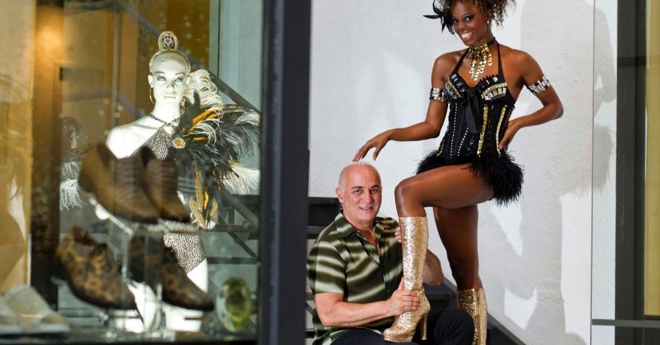 A passista Ivi Mesquita usa bota dourada, assinada pelo designer Fernando Pires, que é seu xodó. O sapato foi usado no ano passado, quando Ivi desfilou na Leandro de Itaquera e na Tom Maior, e será restaurada pelo estilista.