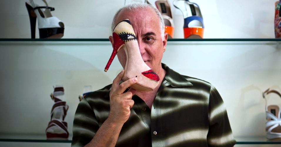 O designer Fernando Pires é autor de sapatos que encantam Ivi Mesquita, passista da Vai-Vai
