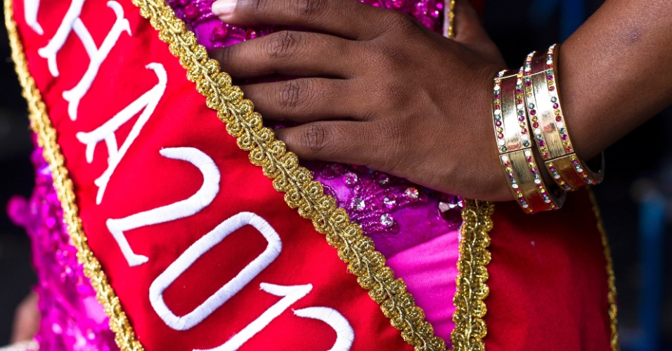 Durante ensaio fotográfico para o UOL, a rainha do Carnaval paulista e destaque da Rosas de Ouro Andreza Sobrinho mostrou seus vestidos favoritos. O corselet pink com pedras, assinada por Carla Ellen, Andreza usou no último ensaio técnico de sua escola.