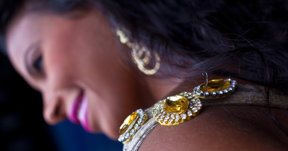 Durante ensaio fotográfico para o UOL, a rainha do Carnaval paulista e destaque da Rosas de Ouro Andreza Sobrinho mostrou seus vestidos favoritos. O microvestido dourado, com drapeados e cristais, assinado por Layla Ken, a morena usou para acompanhar o prefeito Gilberto Kassab em visita ao canteiro de obras da Fábrica do Samba, na Barra Funda, zona oeste da cidade.