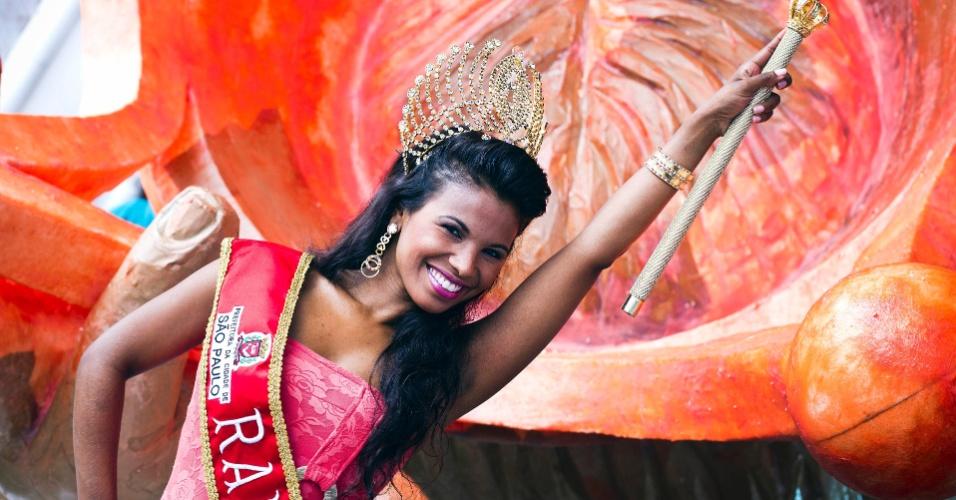 Durante ensaio fotográfico para o UOL, a rainha do Carnaval paulista e destaque da Rosas de Ouro Andreza Sobrinho mostrou seus vestidos favoritos. O vestido de renda laranja com um detalhe em dourado, que a rainha acha