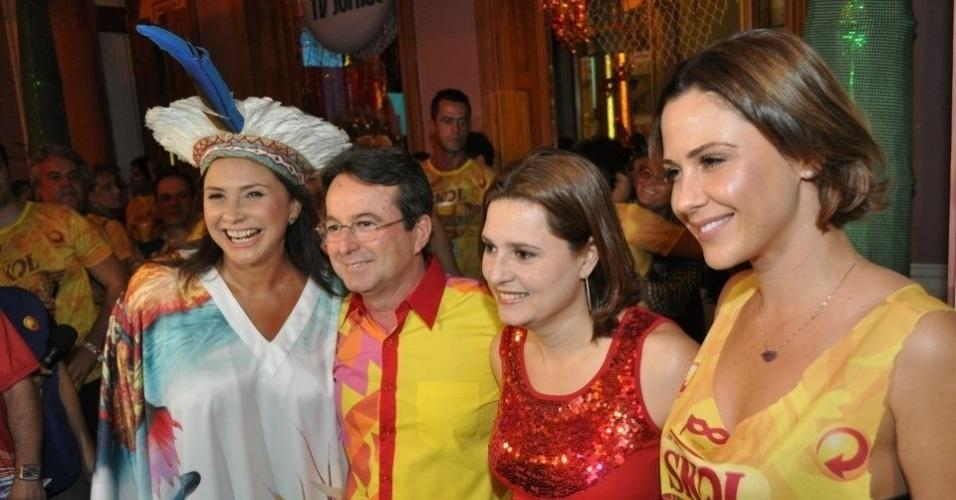 Fafá de Belém (esq.), o prefeito de Recife João da Costa, com a primeira dama Marília Bezerra e a atriz Guilhermina Guinle (dir.) na abertura do Carnaval (14/2/12)