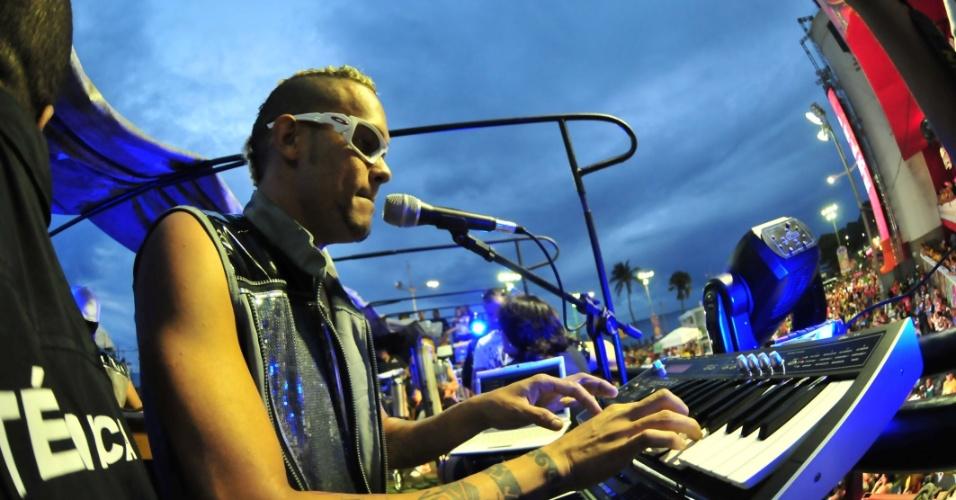 O cantor EdCity tocou no circuito Barra-Ondina (Dodô) durante o Carnaval de Salvador (16/2/12). Na foto, integrante de sua banda