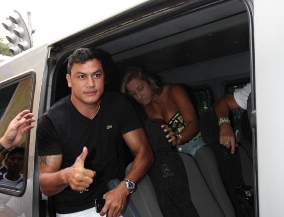 Popó chega para o trio do Chiclete com Banana em Salvador (16/02/2012)