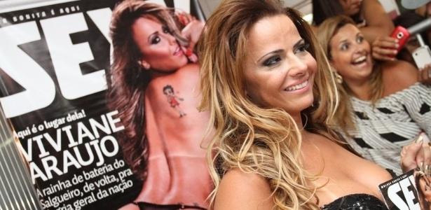 Rainha de bateria do Salgueiro, Viviane Araújo participou do lançamento da edição da revista