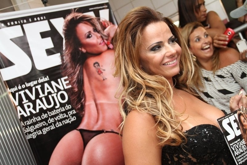 """Rainha de bateria do Salgueiro, Viviane Araújo participou do lançamento da edição da revista """"Sexy"""" na qual é capa. O evento aconteceu na quadra da escola de samba, no Rio de Janeiro (15/2/12)"""