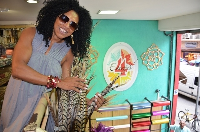 Simone Sampaio, rainha de bateria da Dragões da Real, visitou a loja 4 Estações, na Rua 25 de Março, em São Paulo, para acertar os detalhes de sua fantasia (16/2/12)